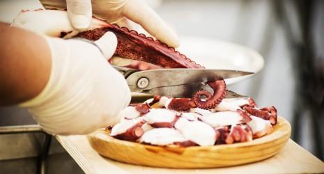 pulpeira preparando catering de pulpo